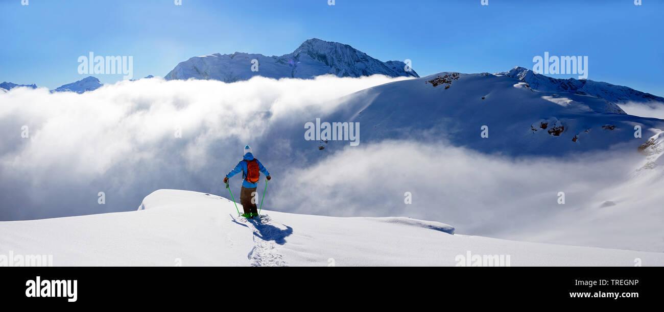 Tiefschneefahrer im Skigebiet von Sainte Foy im Tarentaise-Tal, Frankreich, Savoy, MR=Yes,  | Landscape and ski off piste in the ski resort of sainte - Stock Image