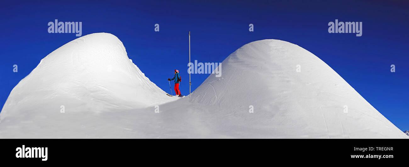 Skifahrer zwischen Schneehuegel, Frankreich, Savoy | skier between snowy hills, France, Savoie | BLWS526257.jpg [ (c) blickwinkel/P. Royer Tel. +49 (0 - Stock Image