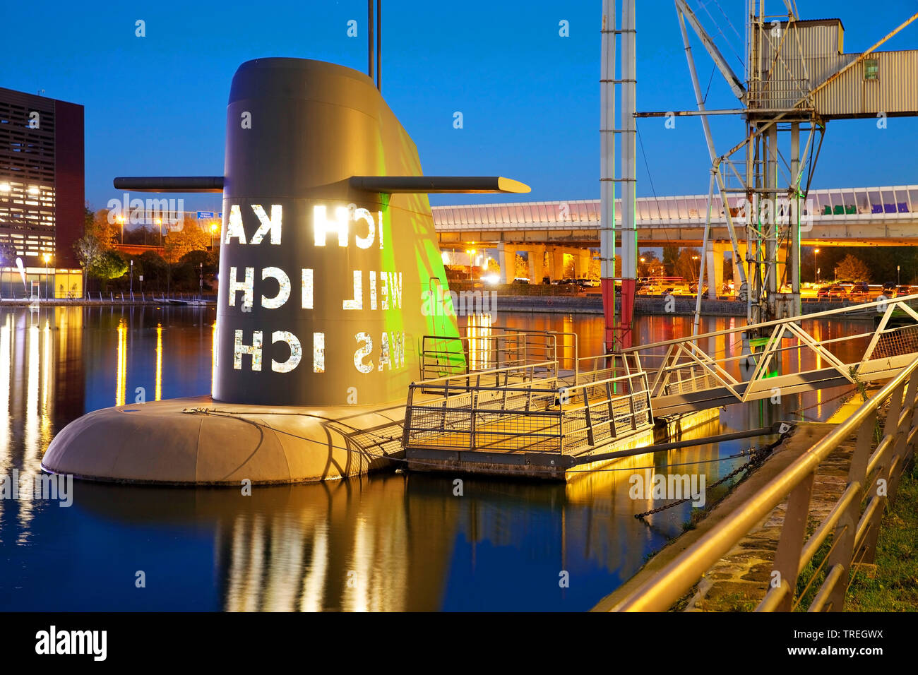 Kunst-U-Boot am Museum Kueppersmuehle in der Daemmerung, Deutschland, Nordrhein-Westfalen, Ruhrgebiet, Duisburg | artwork submarine at the Museum Kuep - Stock Image