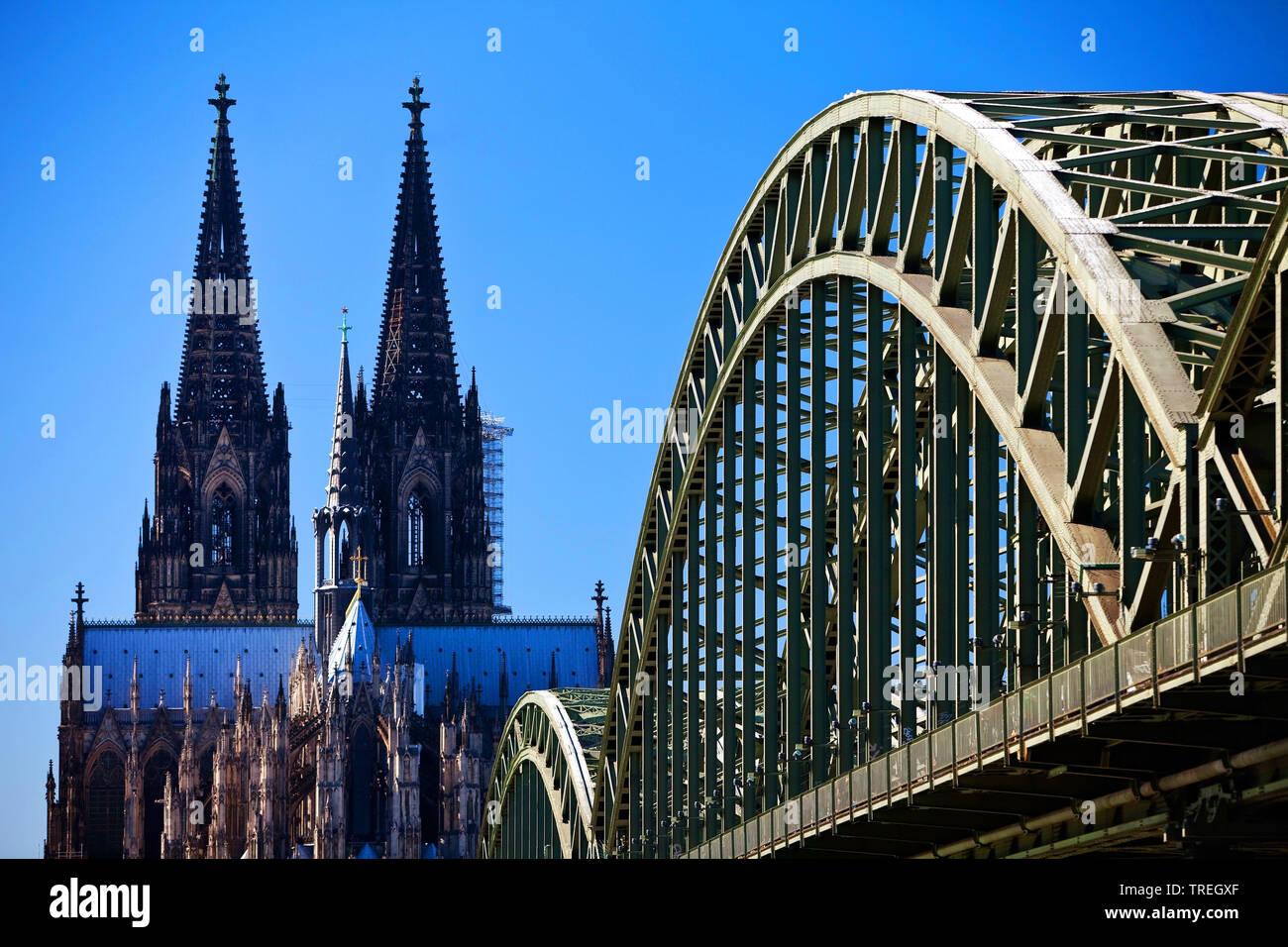 Koelner Dom mit Hohenzollernbruecke, Deutschland, Nordrhein-Westfalen, Koeln | Cologne Cathedral and Hohenzollern Bridge, Germany, North Rhine-Westpha - Stock Image