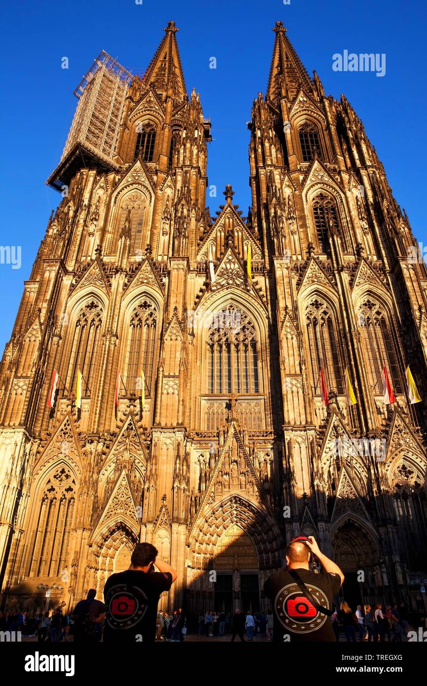 Menschen fotografieren den Koelner Dom, Deutschland, Nordrhein-Westfalen, Koeln | people taking photos of the Cologne Cathedral, Germany, North Rhine- - Stock Image