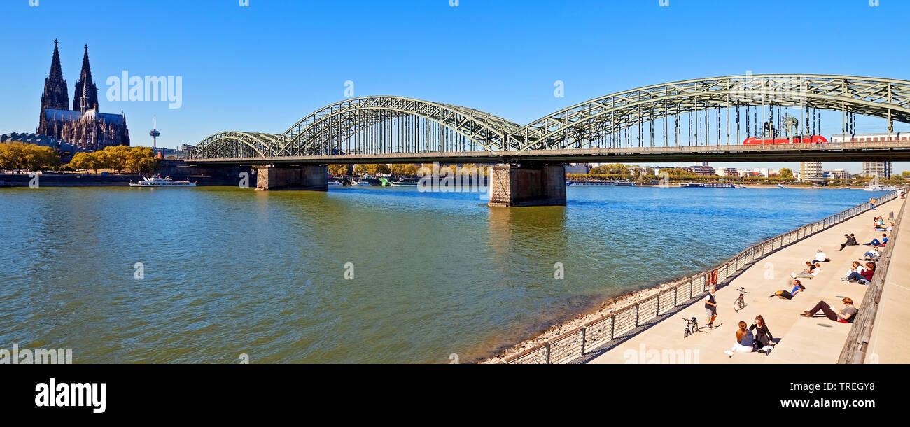 Rhein mit Koelner Dom, der Hohenzollernbruecke und dem Rheinboulevard, Deutschland, Nordrhein-Westfalen, Koeln | Cologne Cathedral, Hohenzollern bridg - Stock Image