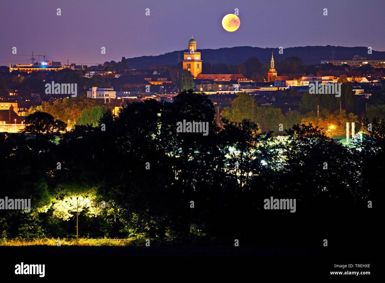 Supermond ueber Witten mit Rathausturm und Kirchturm der Johanniskirche bei Nacht, Deutschland, Nordrhein-Westfalen, Ruhrgebiet, Witten   super moon o - Stock Image