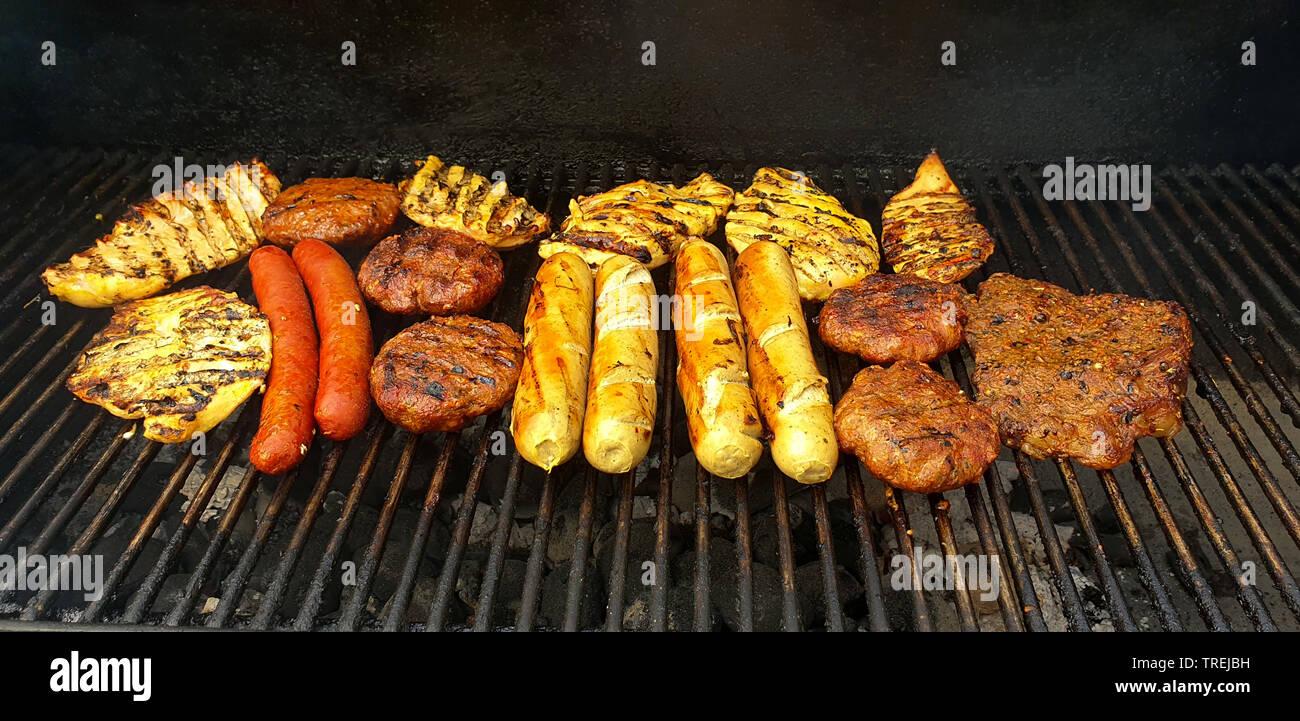 Grillfleisch und Wuerstchen auf einem Grill | meat and sausages on a grill | BLWS527502.jpg [ (c) blickwinkel/fotototo Tel. +49 (0)2302-2793220, E-mai - Stock Image