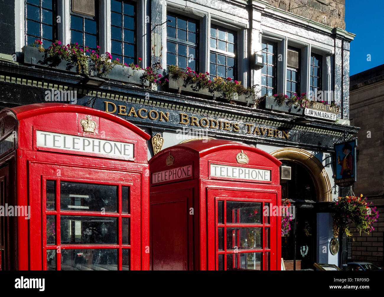 Deacon Brodies Tavern and phone boxes - Stock Image