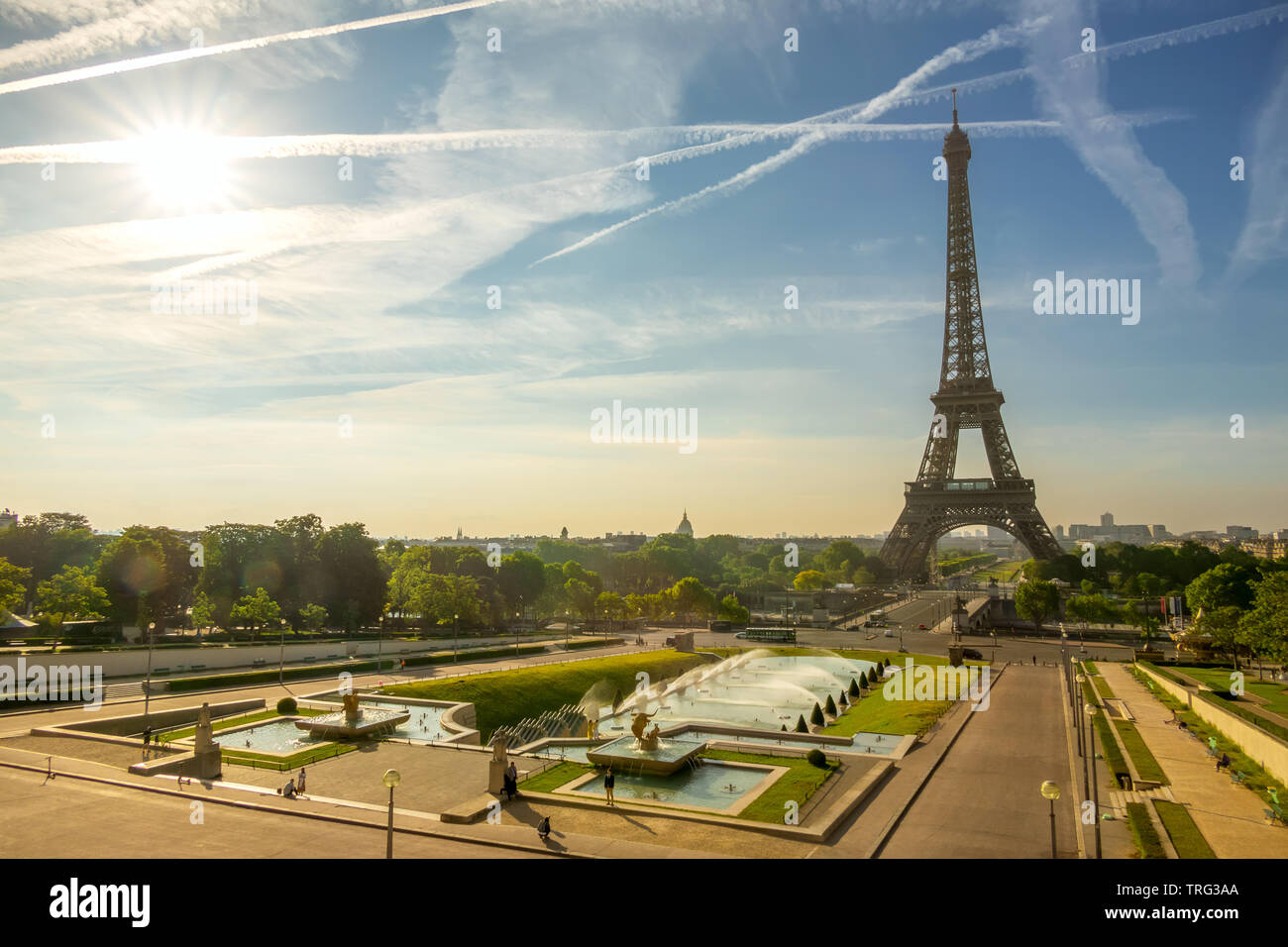 France. Paris. The Eiffel Tower and the fountain in the gardens of the Trocadero. Sunny morning - Stock Image