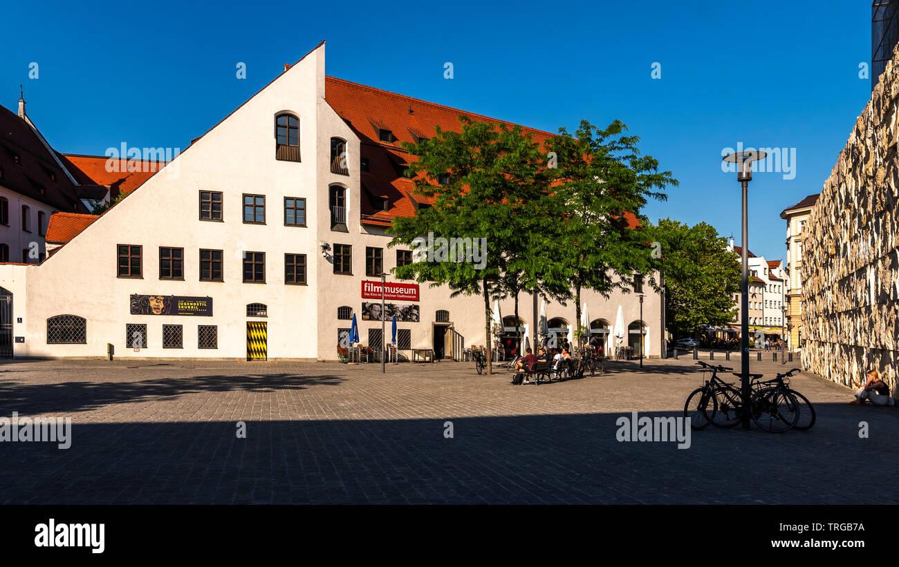München an einem heißen Frühsommertag im Juni, Filmmuseum, blauer Himmel, klare Sicht, keine Menschen - Stock Image