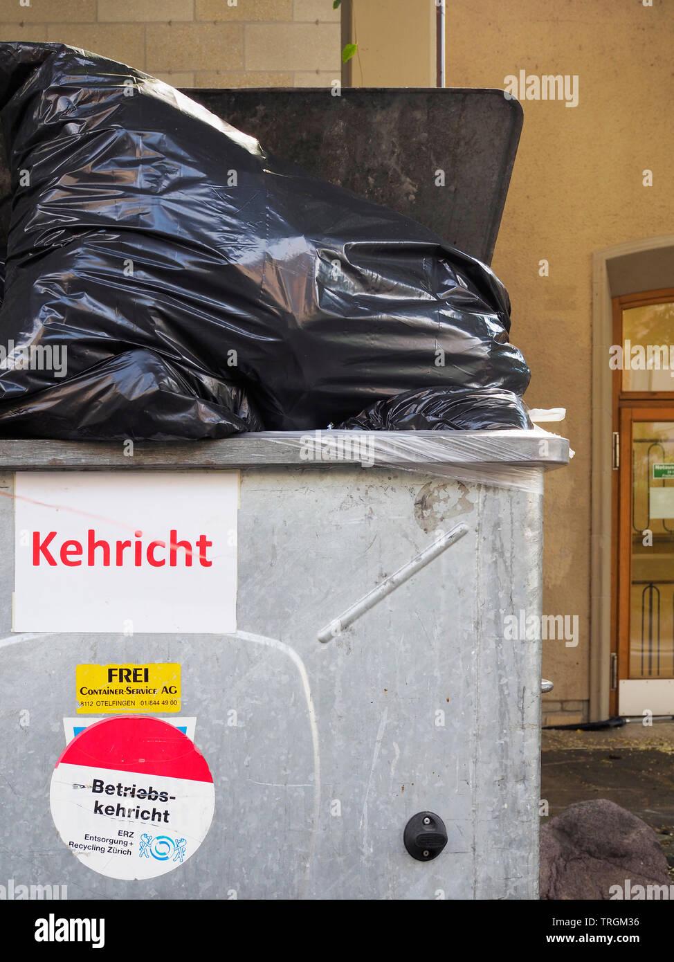 Müll-Container, Kehricht, Abfallsäcke Stock Photo