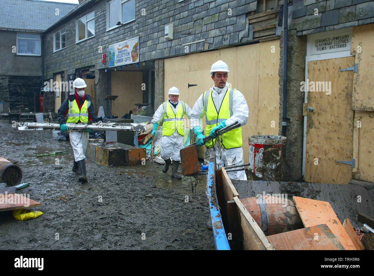 28.08.2004 - The clean-up operation continues in Boscastle in Cornwall this morning after the flood on 16.08.2004. - Stock Image