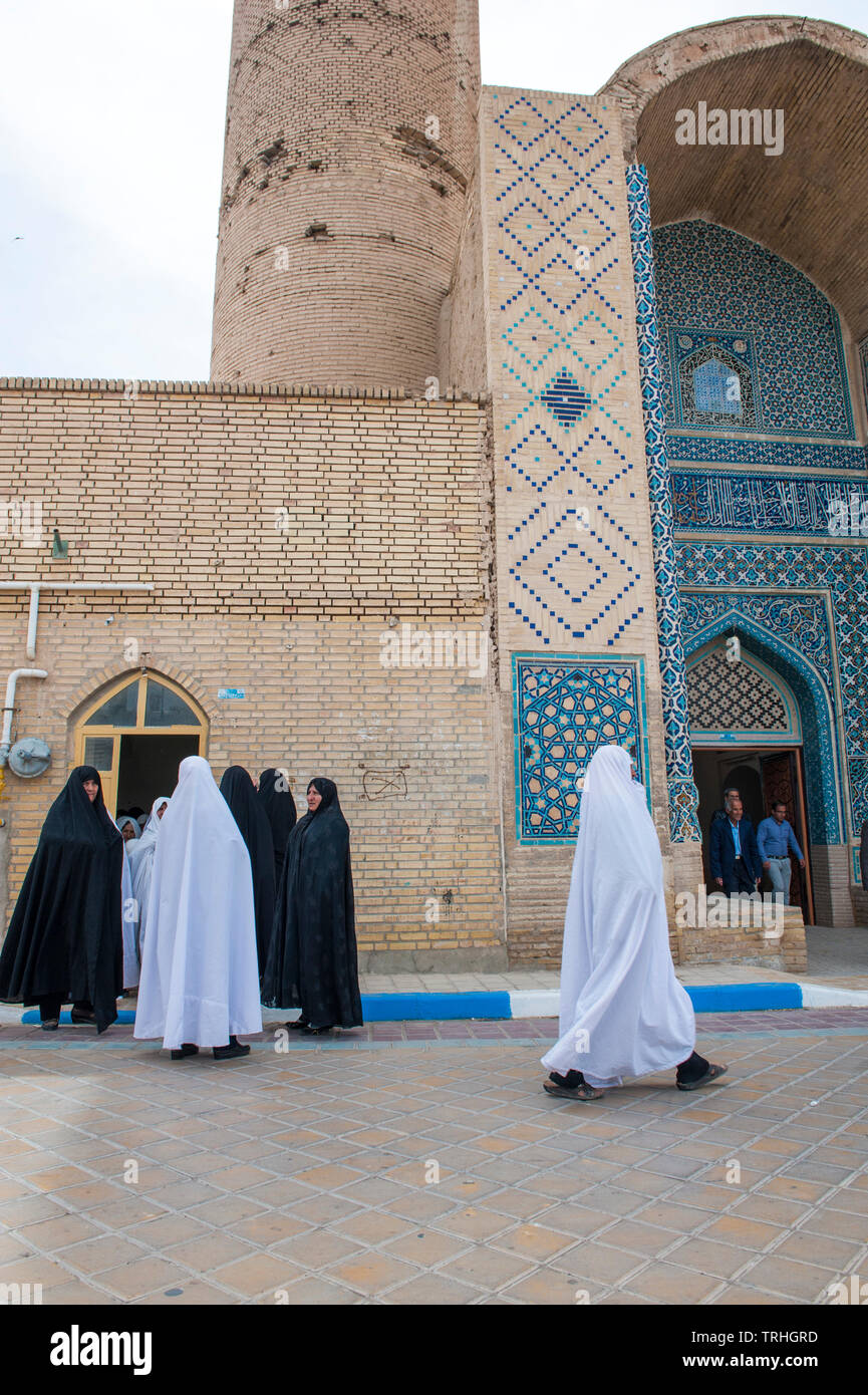 Women heading to Friday morning prayer at Jame Historical Mosque in the village of Varzaneh, Iran. - Stock Image