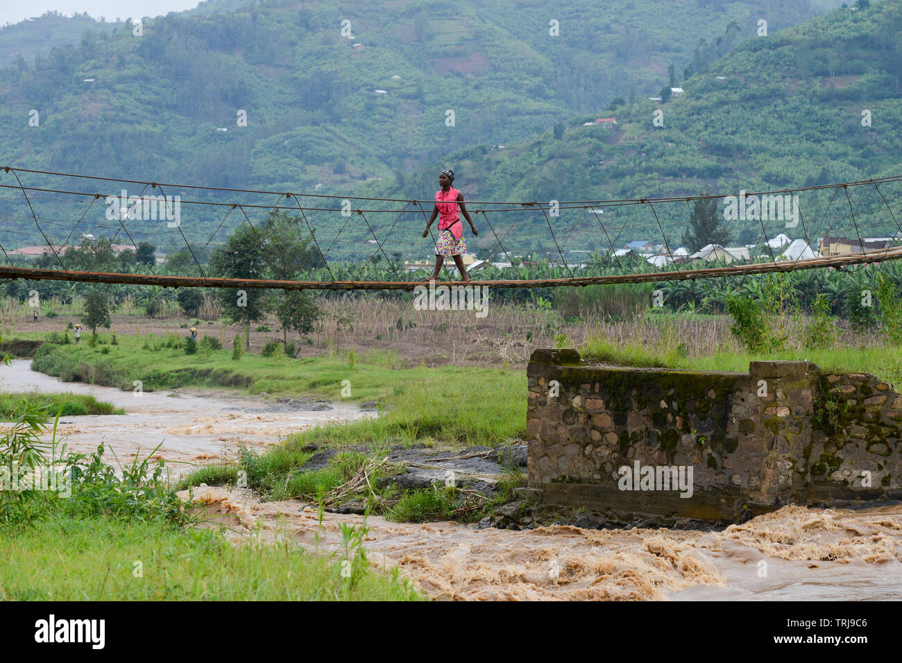 RWANDA, Ruhengeri, suspension bridge to cross a small river / RUANDA, Musanze, Ruhengeri, Haengebruecke in einem Dorf Stock Photo