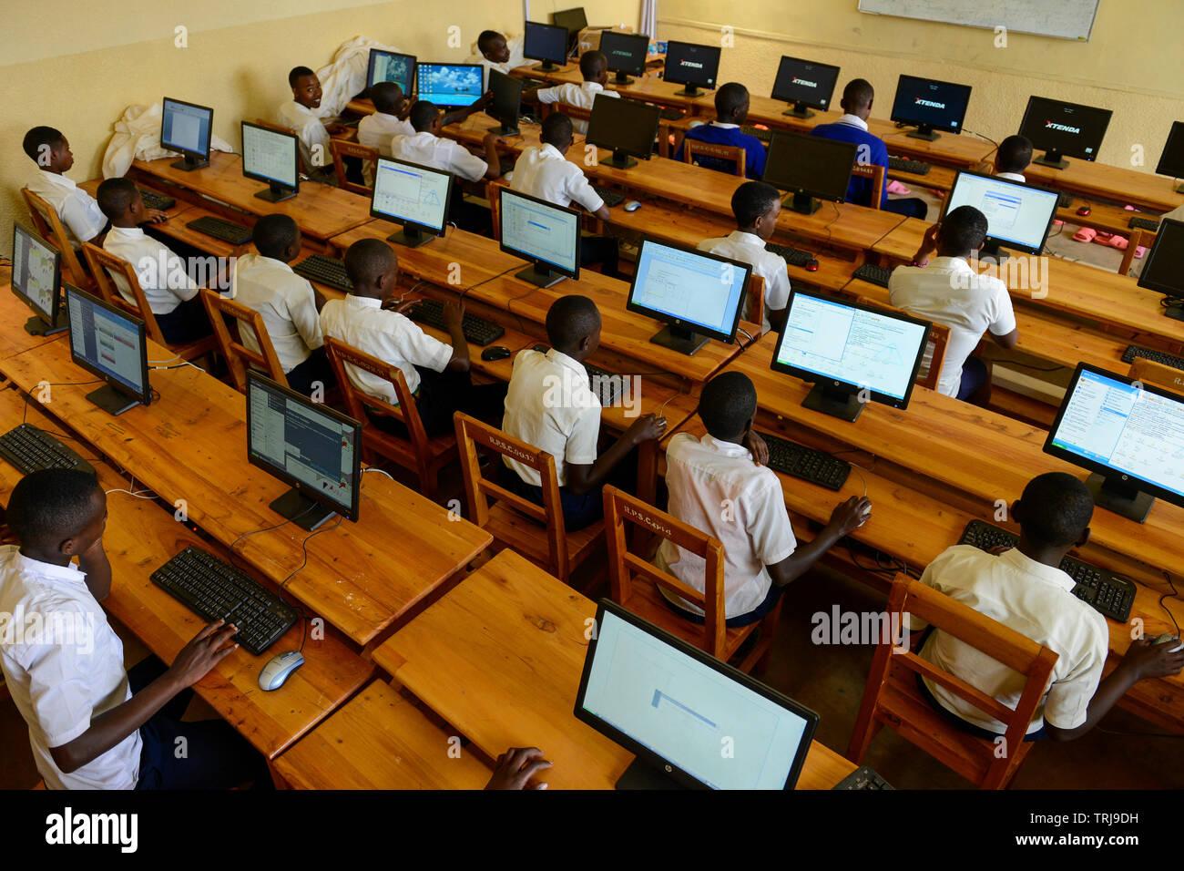 RWANDA, Butare, children in computer class in secondary school  / RUANDA, Butare, Kinder in einer Sekundarschule, Computer Klasse - Stock Image