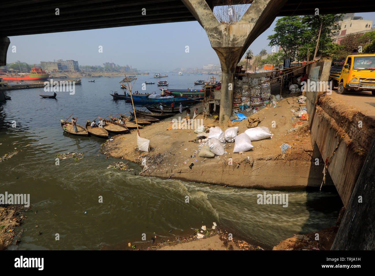 Directly dumping of industrial and human waste and garbage in the Buriganga River in Dhaka, Bangladesh - Stock Image