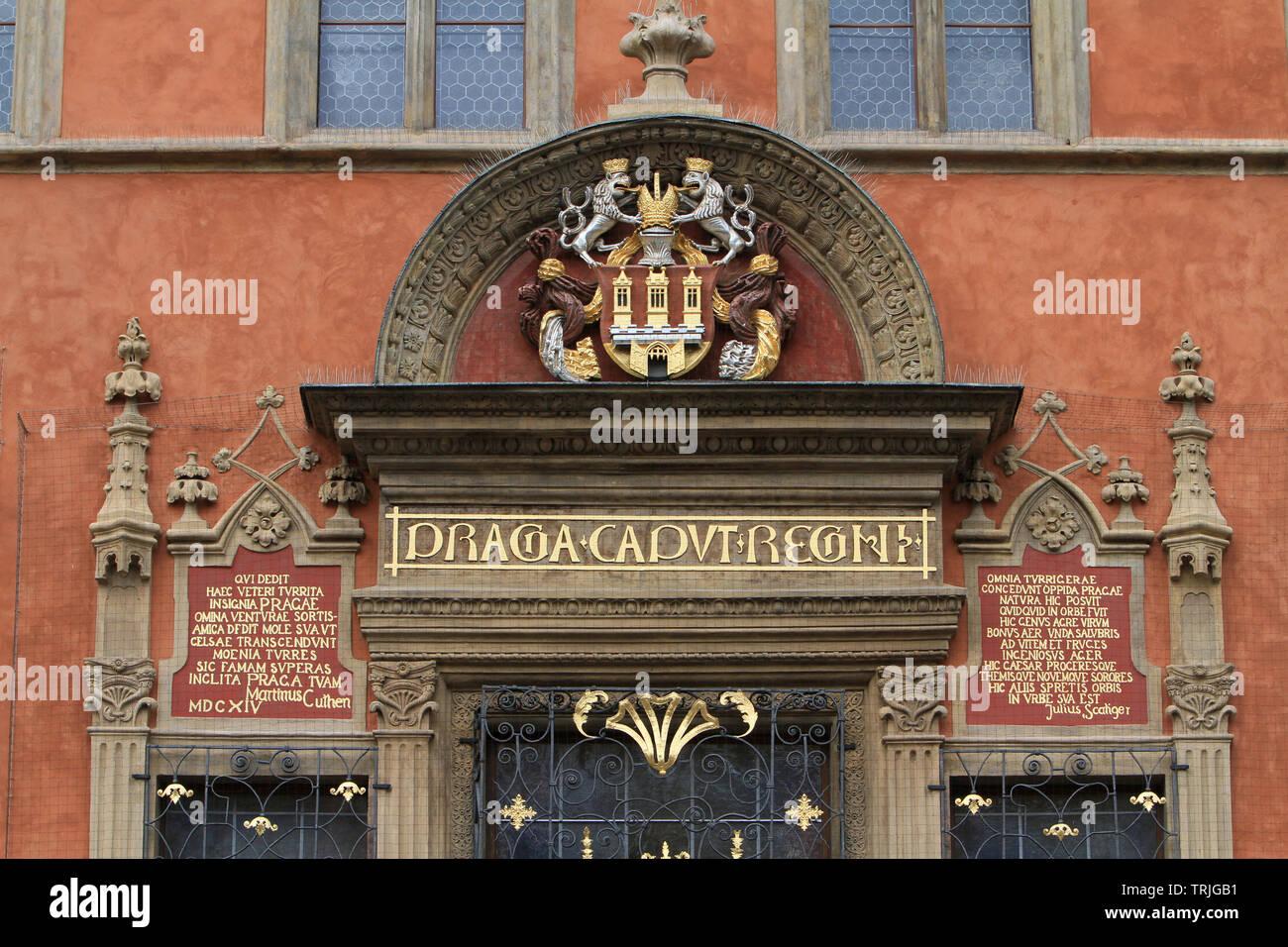 Armoiries de la Vieille Ville sur la façade de l'Hôtel de Ville. 'Prague, Praha, capitale du royaume'. Prague. Czech Republic. - Stock Image