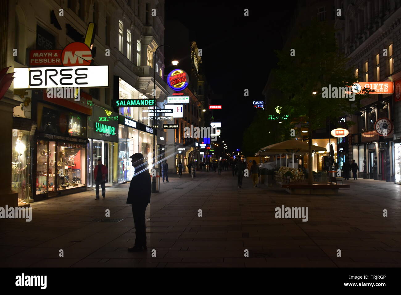 Photo of Annagasse street with people walking around in the inner city of Vienna during a rainy night - Stock Image