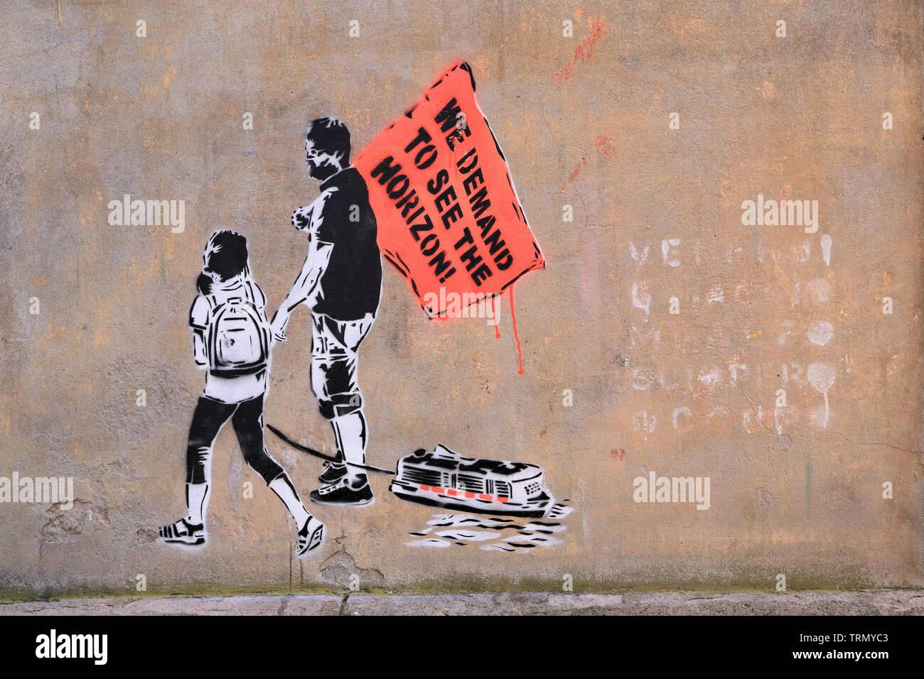 "Stencil street art protest against big cruise ships ""No grandi navi!"" (No big ships!), Venice, 2019 - Stock Image"