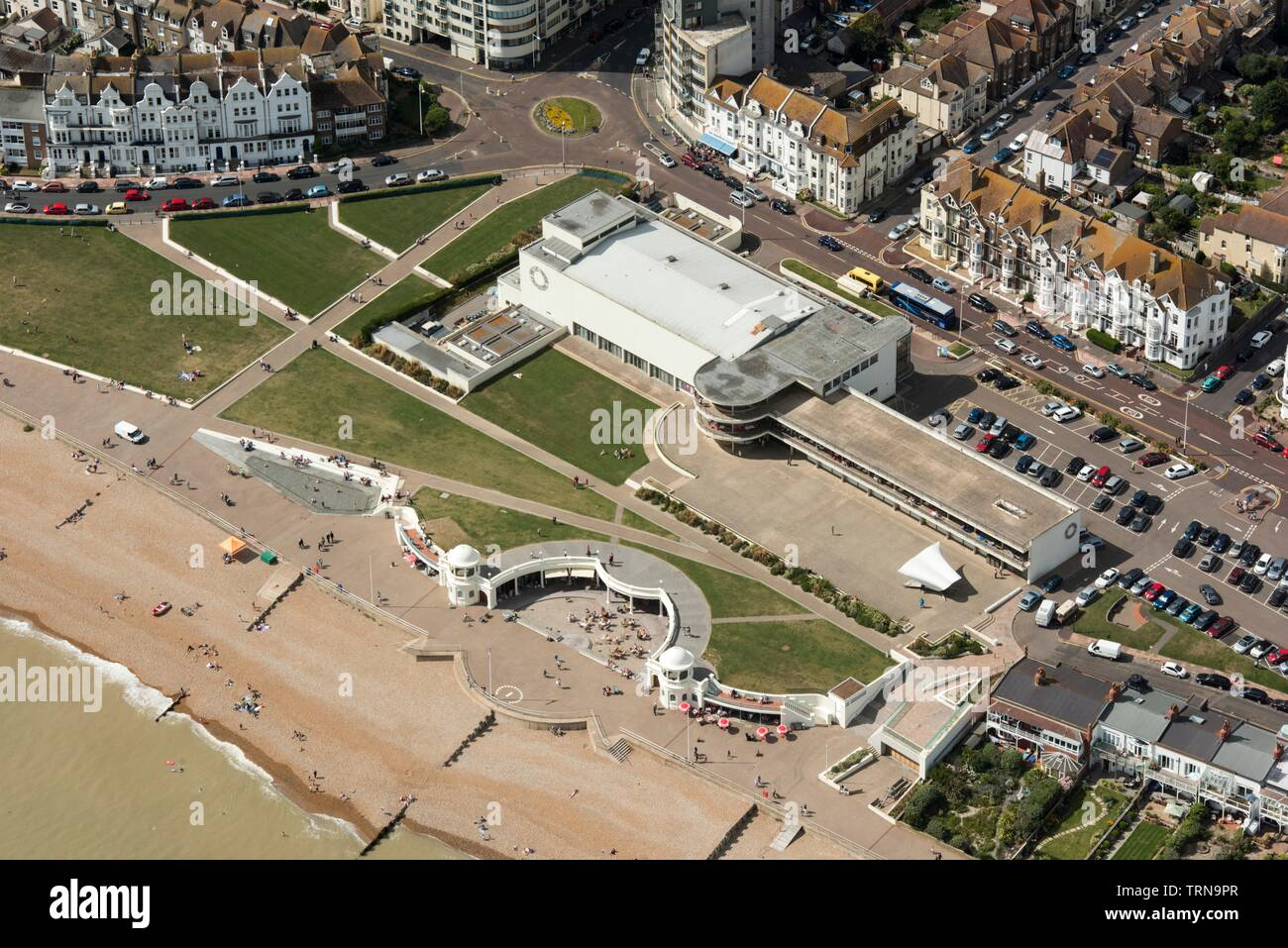 King George V Colonnade and De La Warr Pavilion, Bexhill, East Sussex, 2016. The Art Deco Pavilion was designed by Erich Mendelsohn and Serge Chermayeff as the result of an architectural competition organised by Herbrand Sackville, 9th Earl De La Warr. - Stock Image