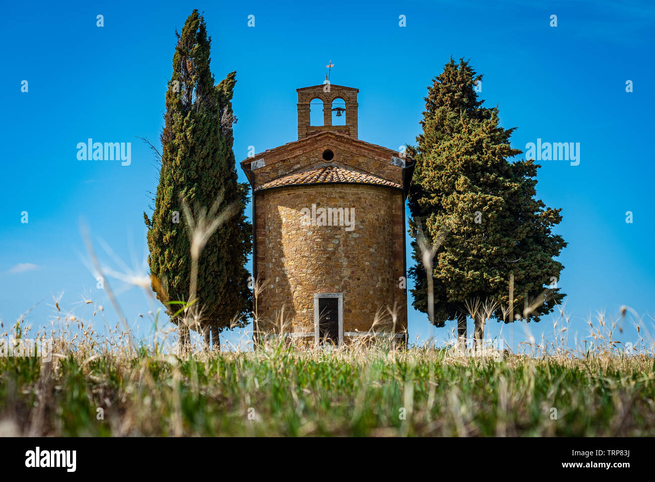 Chapel of the Madonna di Vitaleta, near the road connecting San Quirico d'Orcia and Pienza, in the Val d'Orcia, Tuscany, Italy. - Stock Image