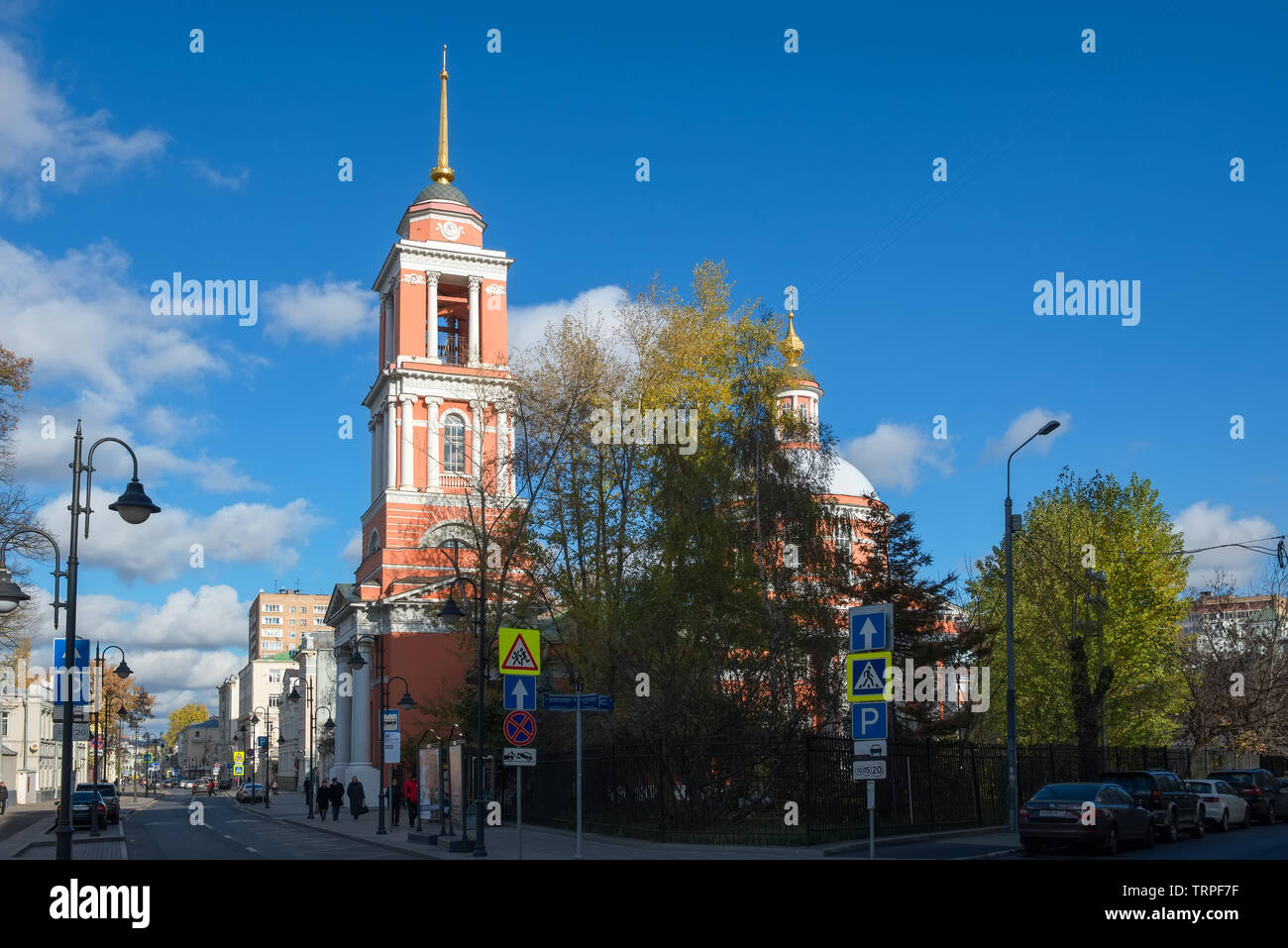 MOSCOW - OCTOBER 27, 2018: Temple of the Trinity. View of the street Pyatnitskaya street in the city center on an autumn morning - Stock Image
