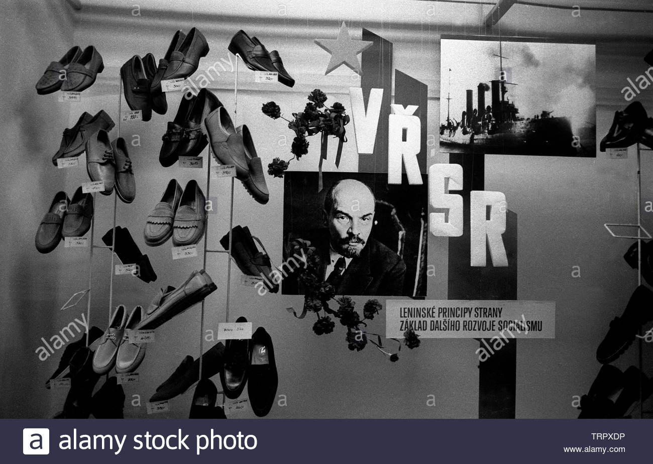 Czechoslovakia, Prague,1989 during the Velvet Revolution, the fall of communism in Eastern Europe. A photograph of Lenin and the battleship Aurora in a Bata shoe shop window.  COPYRIGHT PHOTOGRAPH BY BRIAN HARRIS  © 07808-579804 Stock Photo