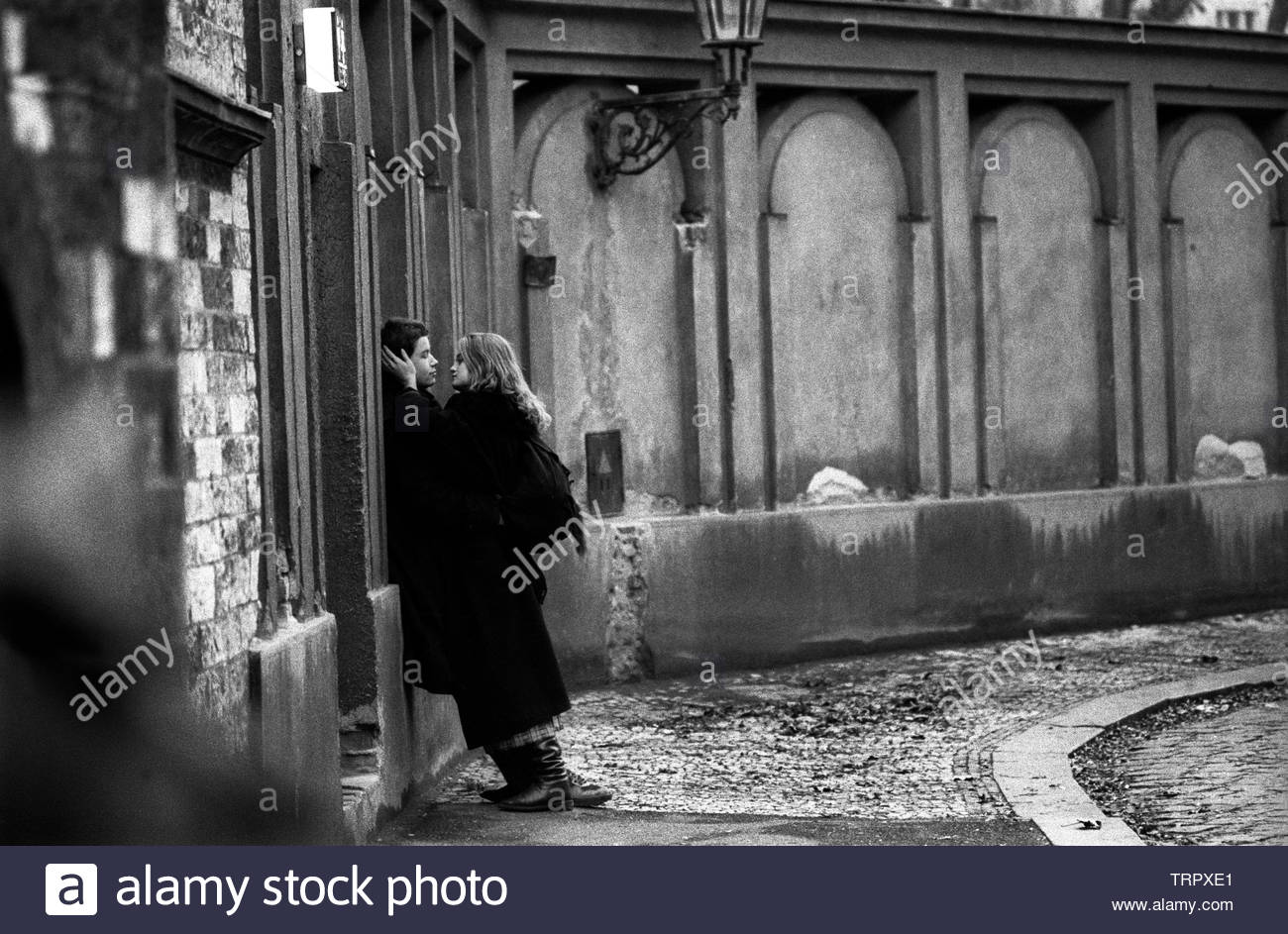 Czechoslovakia, Prague,1989 during the Velvet Revolution, the fall of communism in Eastern Europe. Lovers outside the Jewish Cemetery in U Stareho Hrbitova. COPYRIGHT PHOTOGRAPH BY BRIAN HARRIS  © 07808-579804 Stock Photo