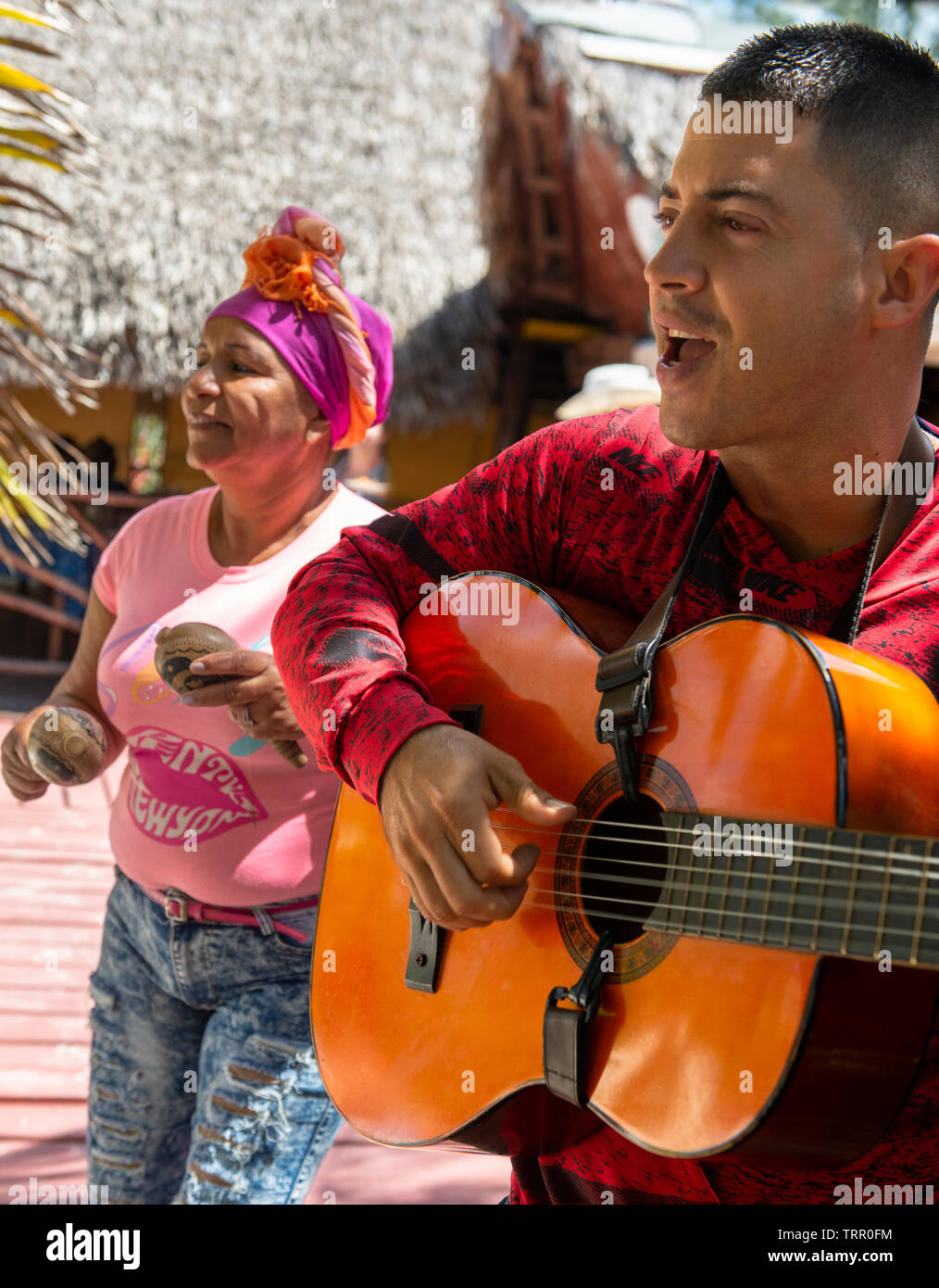 Male guitarist and female singer entertain tourists on Cayo Levisa (island) in the Los Colorados archipelago, Cuba, Caribbean - Stock Image