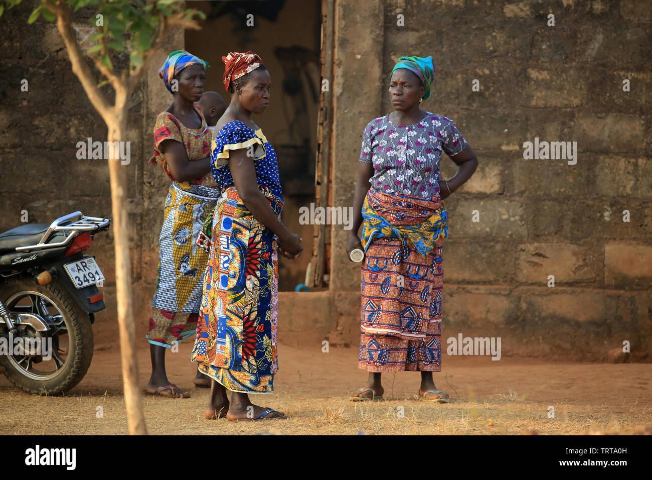 Femmes togolaises sur le perron d'une habitation.Togo. Afrique de l'Ouest. - Stock Image