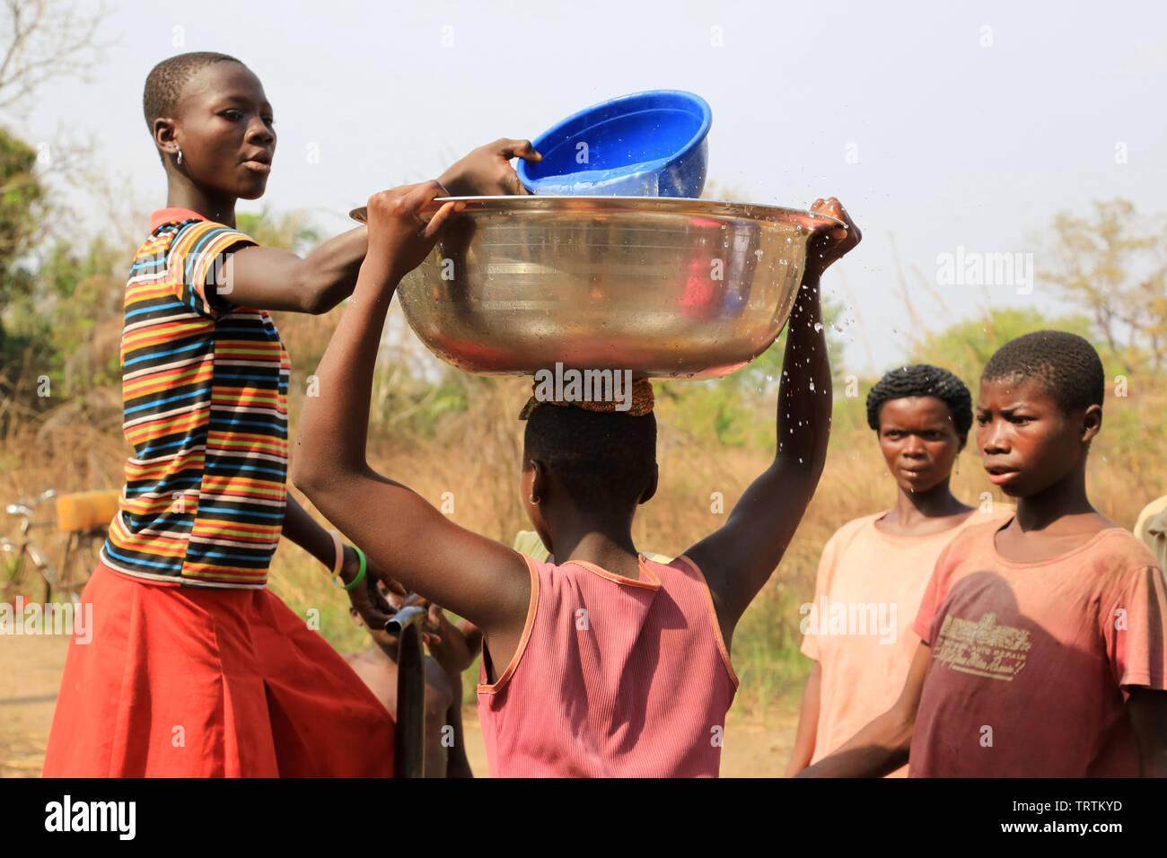 Porteuse d'eau. Datcha Attikpayé. Togo. Afrique de l'Ouest. Stock Photo