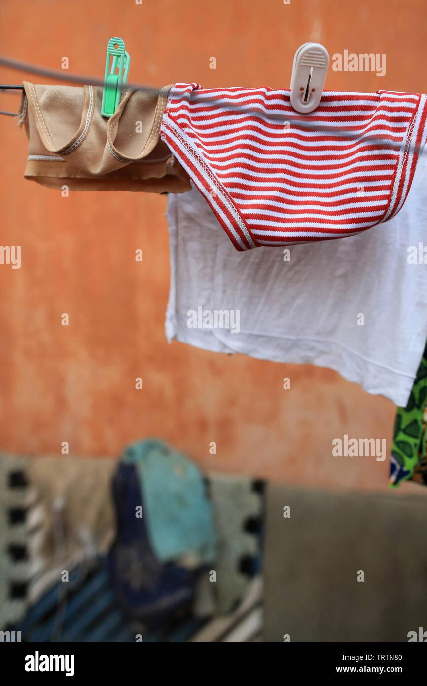 Culottes séchant sur une corde. Lomé. Togo. Afrique de l'Ouest. Stock Photo