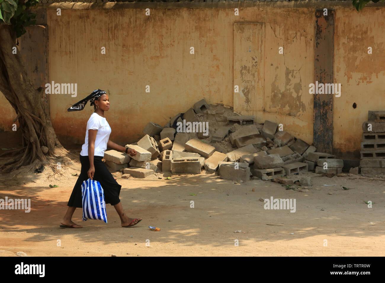 Togolaise marchant dans la rue. Lomé. Togo. Afrique de l'Ouest. Stock Photo