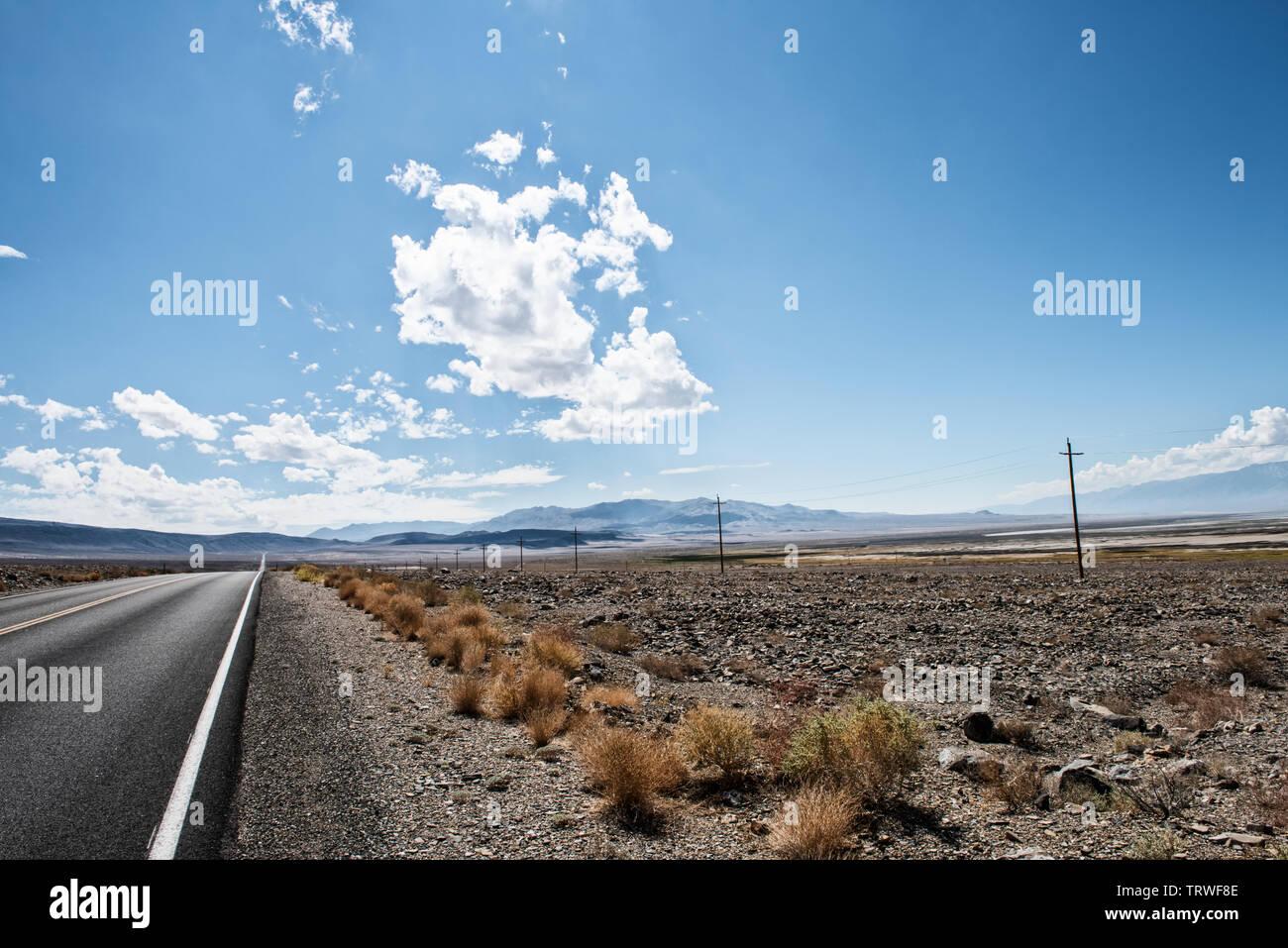 Death Valley, Highway,Nationalpark,mountains,stones,valley,Landschaftsaufnahme,clouds,road, Wolken,Straße,Berge,Einsamkeit,Unendlichkeit,lonlyness,USA - Stock Image