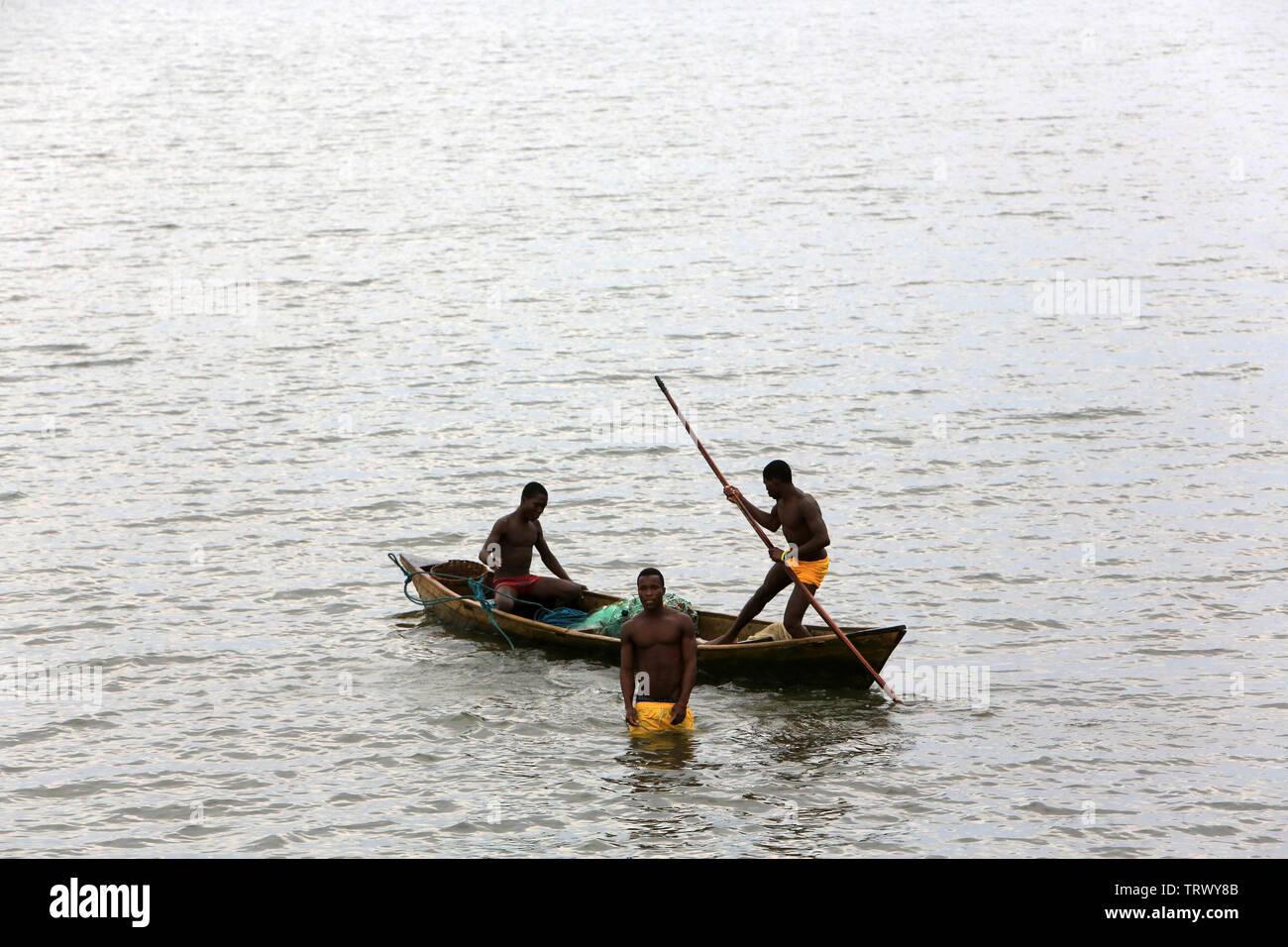 Pêcheurs sur le lac Togo. Togoville. Togo. Afrique de l'Ouest Stock Photo
