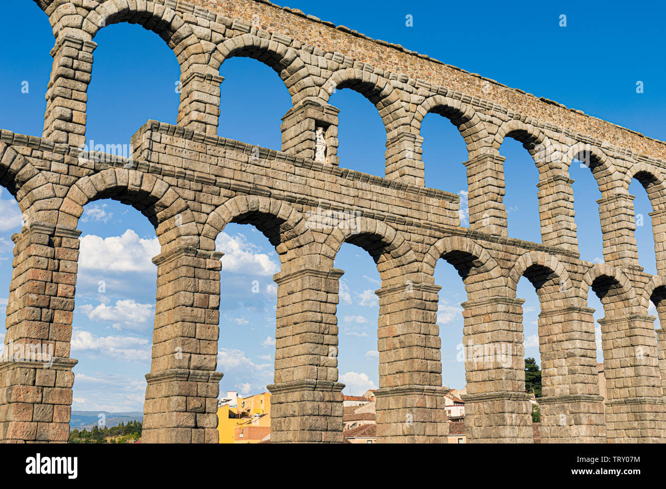 Segovia, Segovia Province, Castile and Leon, Spain.  The Roman Aqueduct in Plaza del Azoguejo which dates from the 1st or 2nd century AD.  The Old Tow - Stock Image