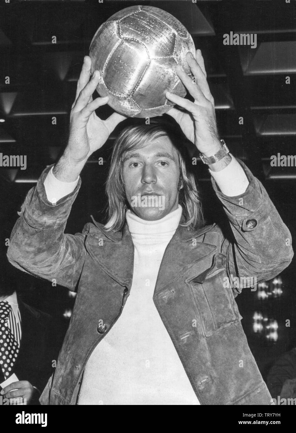 German professional soccer player Guenter Netzer marvels on 20 October 1972 at the Gemstone Day in Düsseldorf at Pele's real gold football, which he received in 1969 for his 1,000 goal. Netzer was born on 14 September 1944 in Mönchengladbach. | usage worldwide - Stock Image