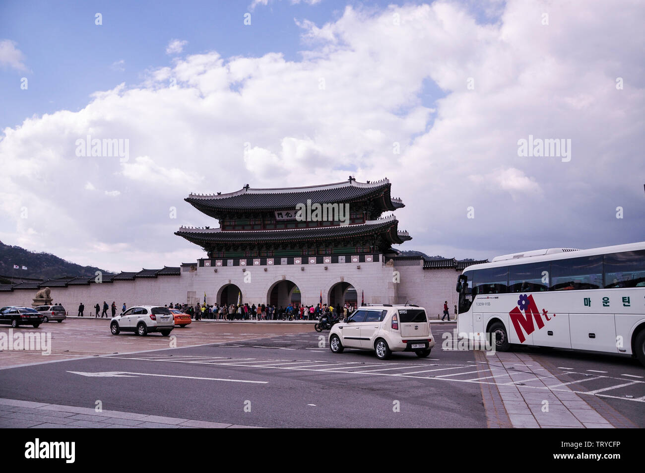 Seoul, Korea, 1st, May, 2013. Front view of Gwanghwamun, is the main and largest gate of Gyeongbokgung Palace, in Jongno-gu, Seoul, South Korea. Stock Photo