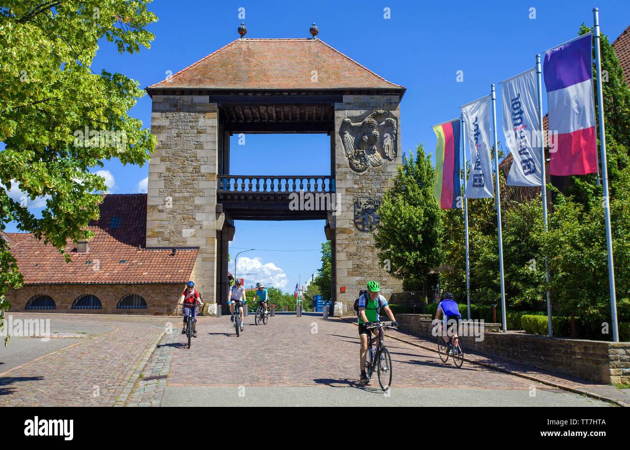 Cyclist at the German Wine Gate (german: Deutsches Weintor), beginning of the German Wine Route, Schweigen-Rechtenbach, Rhineland-Palatinate, Germany - Stock Image