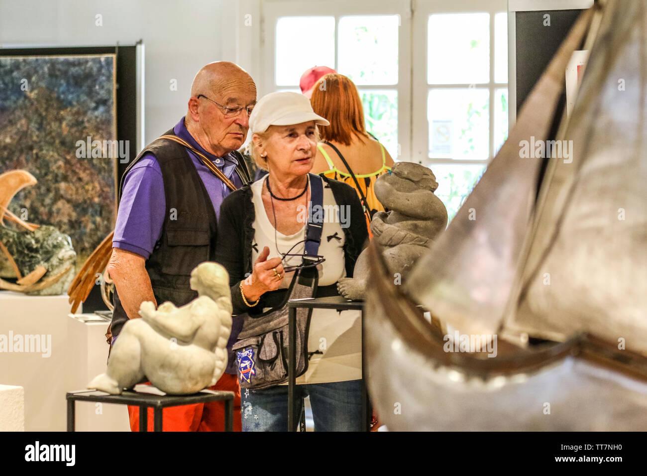 Danielle Harlaux peintre a L Honneur - Danielle Harlaux painter has the honor - Salon des Peintres et Sculpteurs de Saint Tropez - Stock Image