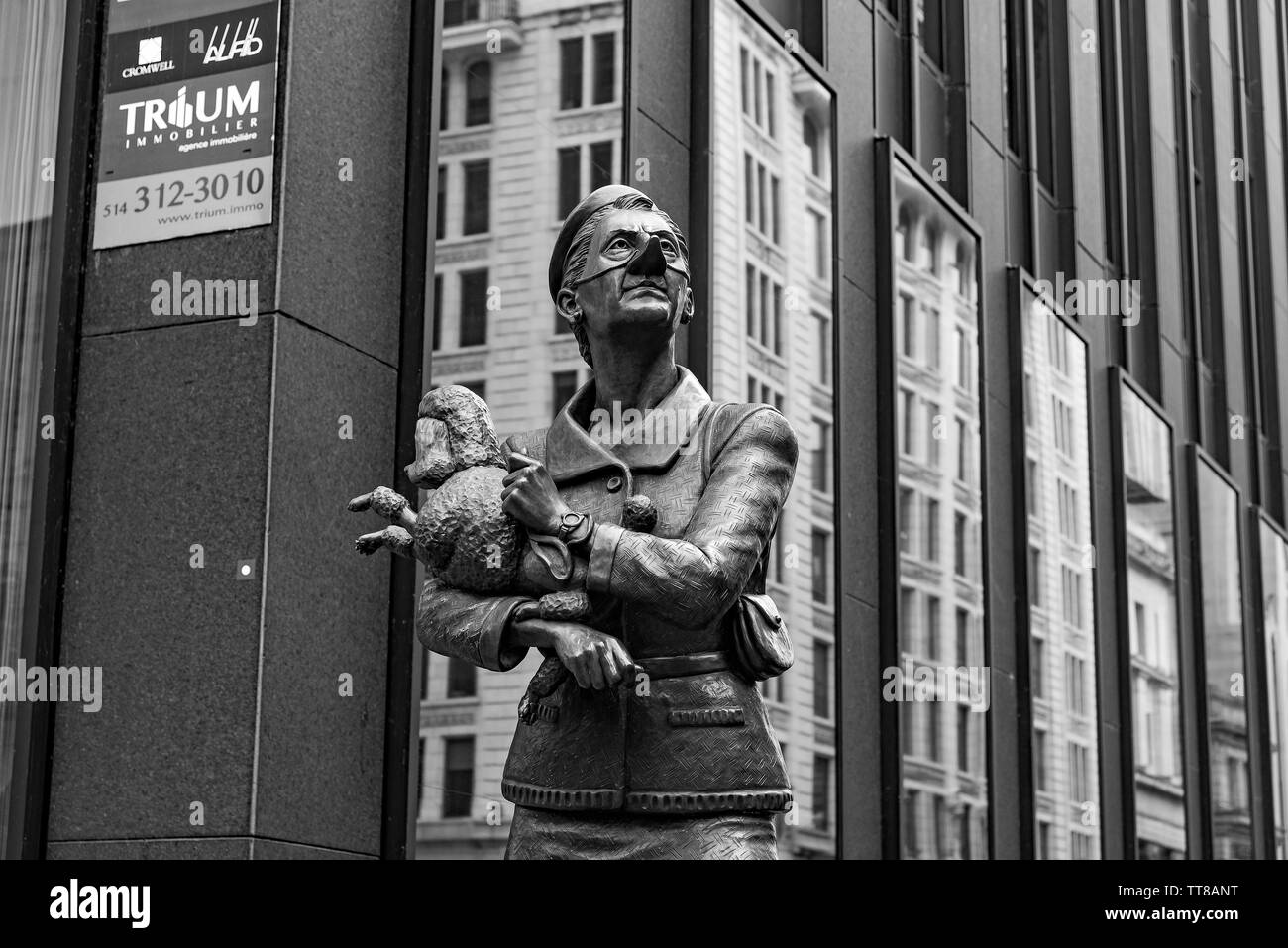 Bronze statues of Man and Woman with dog in Old Montreal. - Stock Image