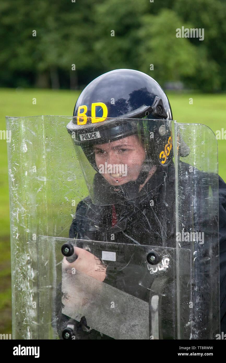 Policewoman with riot shield, Lancashire Constabulary, Leyland, UK - Stock Image