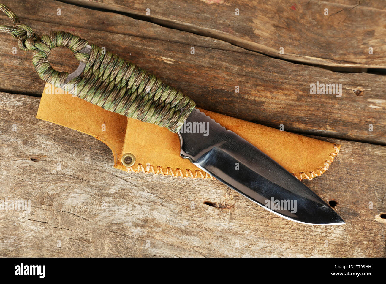 Hunting knife on wooden background - Stock Image