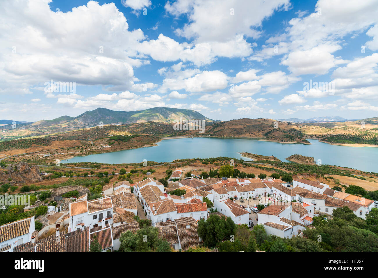 Lago e villaggio arabo, Zahara de la Sierra, Andalusia - Stock Image