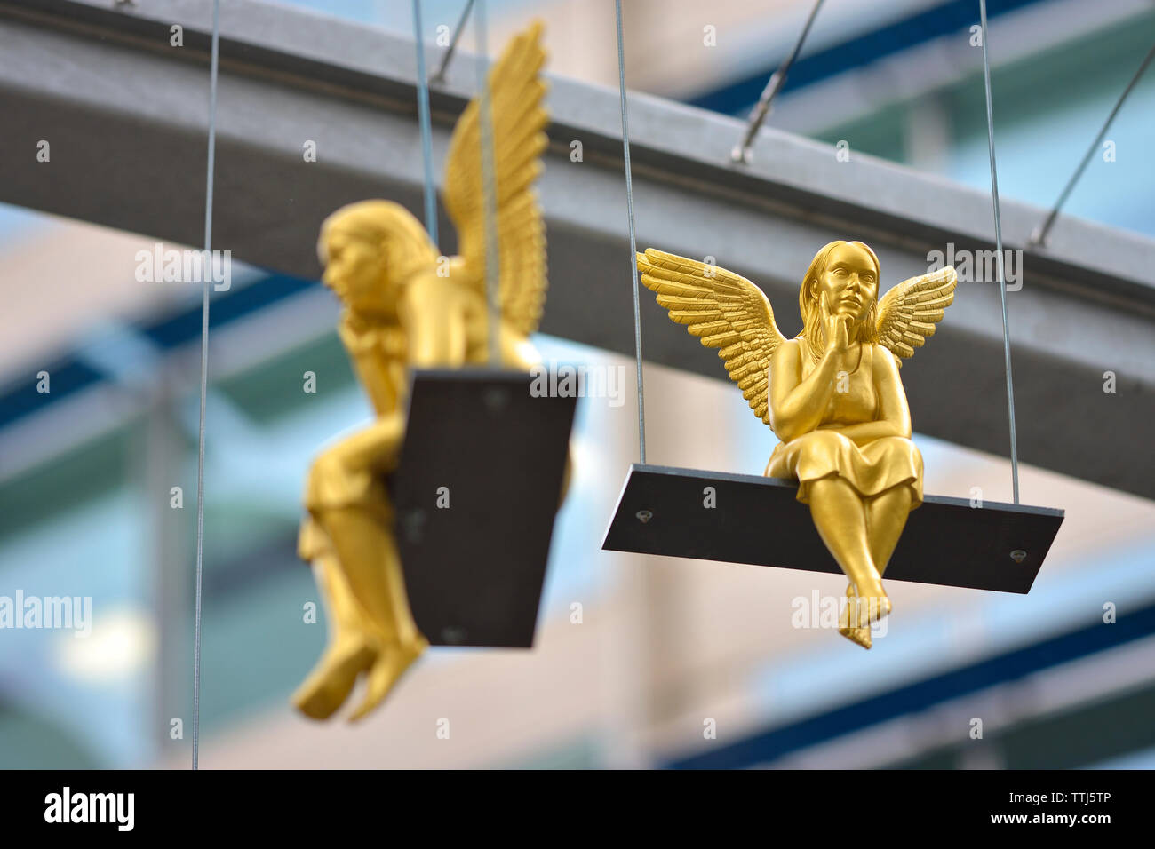 London, England, UK. 'Lunch Break' - art installation by Ottmar Horl, consisting of 40 golden angels on swings outside St Paul's Cathedral (on view 3 - Stock Image