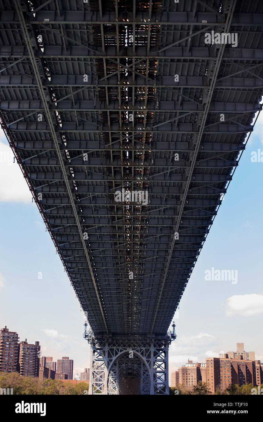Low angle view of Manhattan Bridge against sky - Stock Image