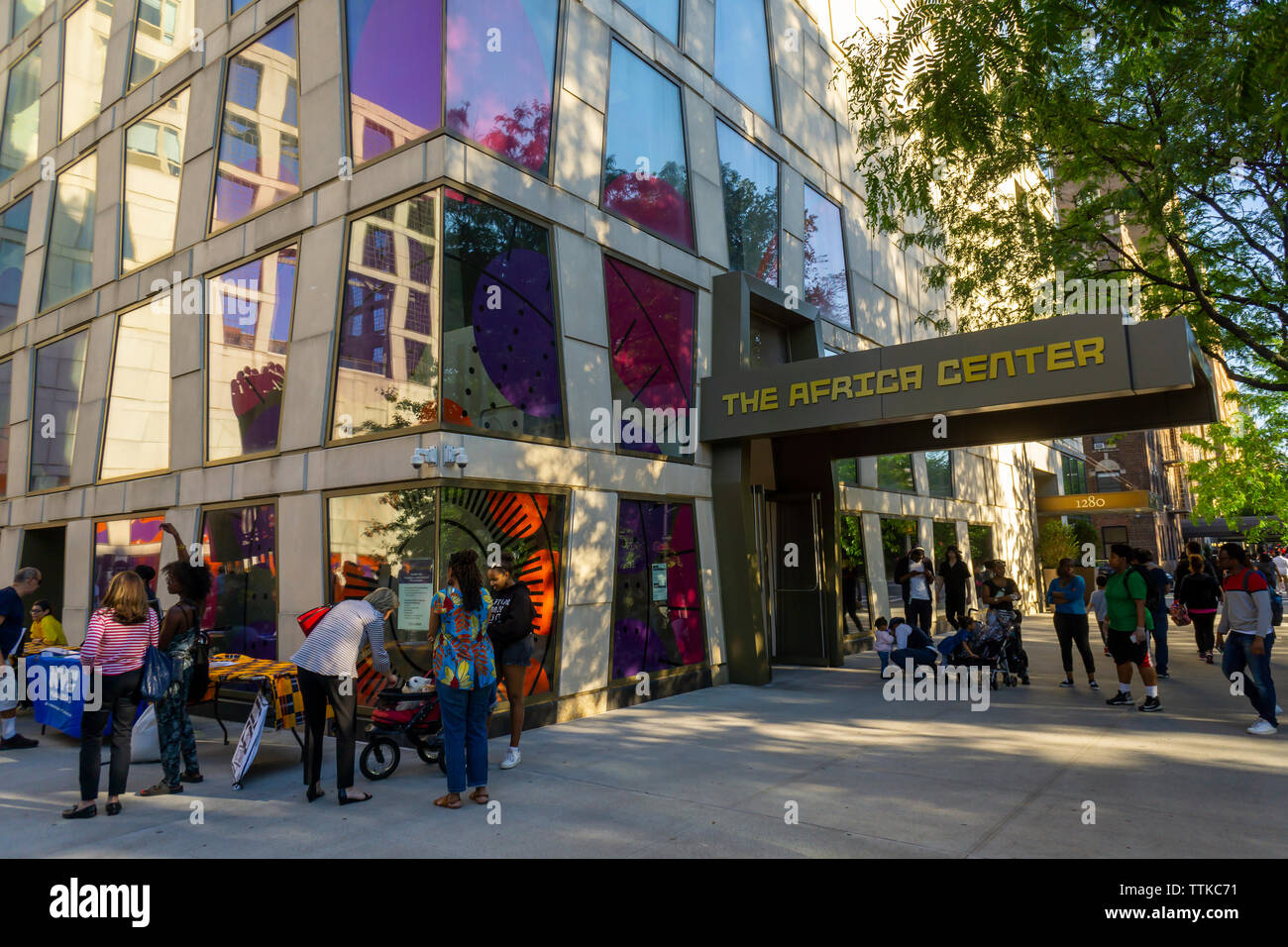 Crowds visit the Africa Center on Fifth Avenue at the edge of Harlem during the Museum Mile festival on Tuesday, June 11, 2019.   (© Richard B. Levine) - Stock Image