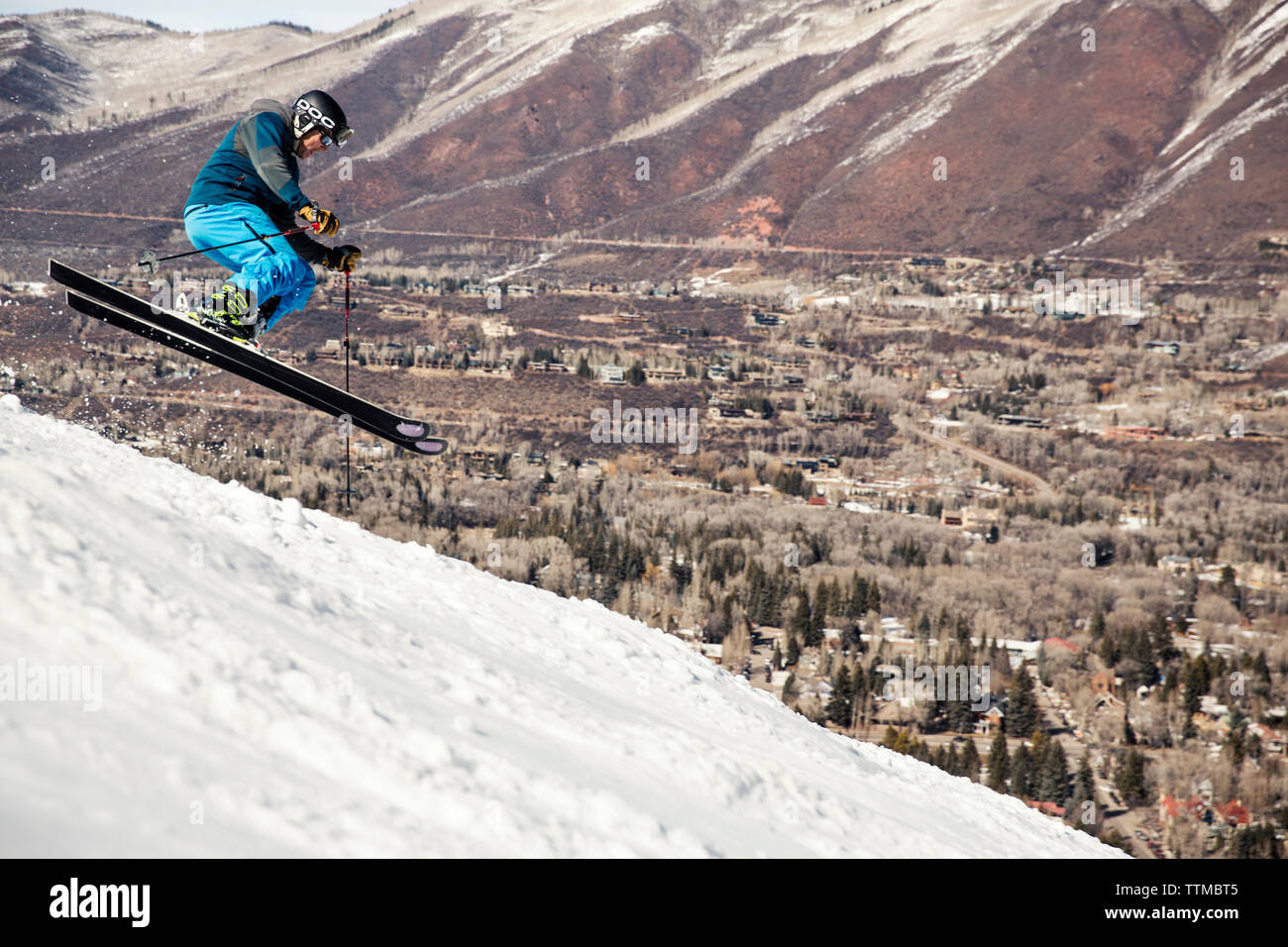 USA, Colorado, Aspen, skiing a run called Norway with the town of Aspen in the distance, Aspen Ski Resort, Ajax mountain - Stock Image