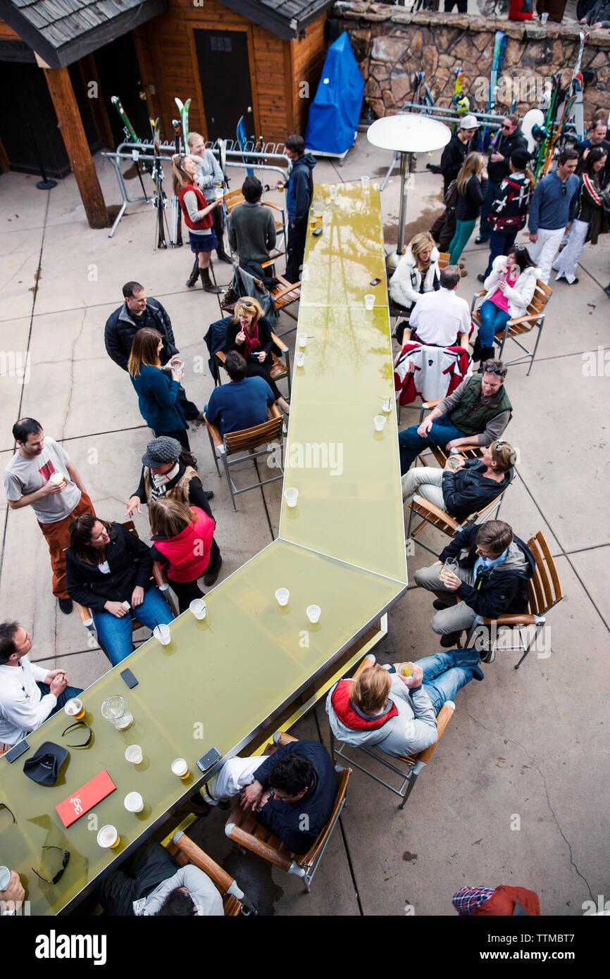 USA, Colorado, Aspen, apres ski scene at the Sky Bar at the Sky Hotel - Stock Image