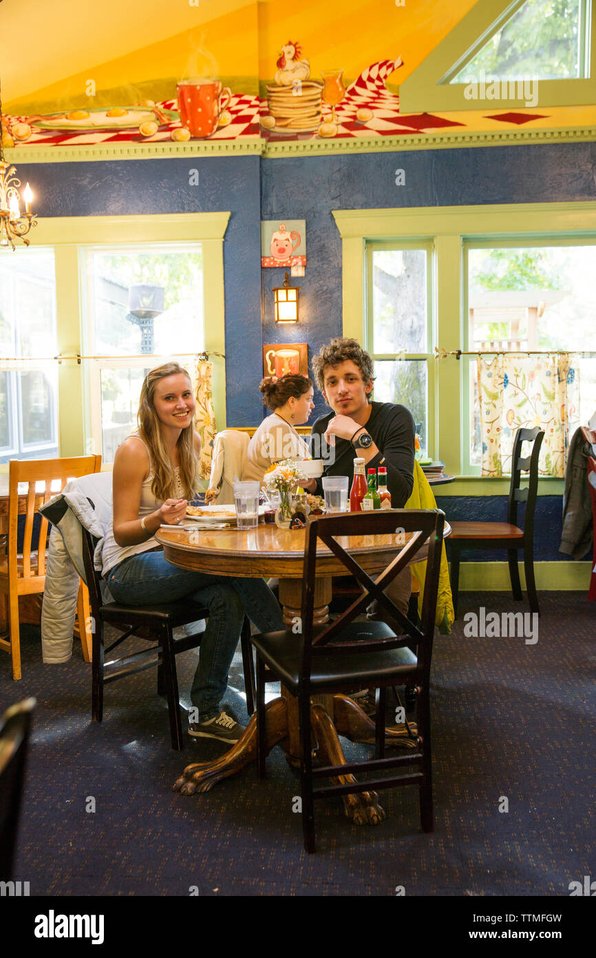 USA, Oregon, Ashland, a young couple has breakfast at the Morning Glory Restaurant on Siskiyoui Blvd - Stock Image