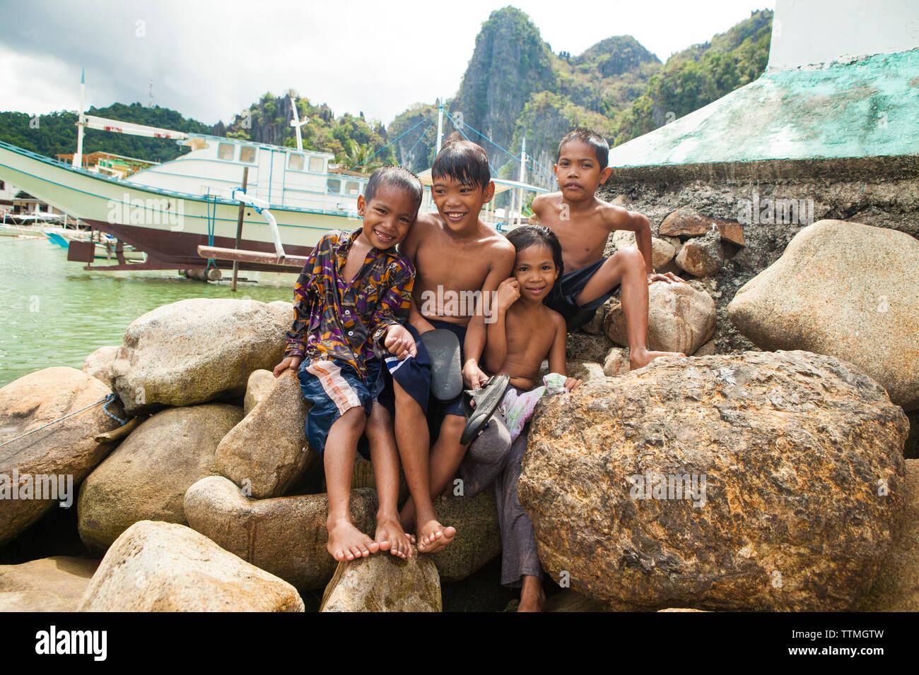 PHILIPPINES, Palawan, El Nido, kids play at a beach in the town of El Nido in the South China Sea - Stock Image