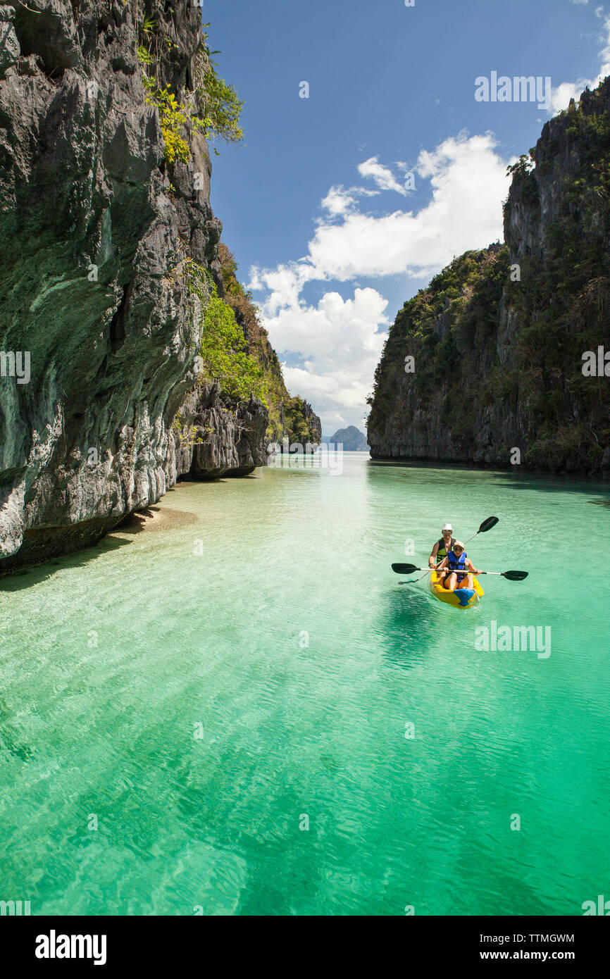 PHILIPPINES, Palawan, El Nido, Miniloc Island, tourists kayak through the crystal clear waters of Big Lagoon on Miniloc Island located in Bacuit Bay i - Stock Image