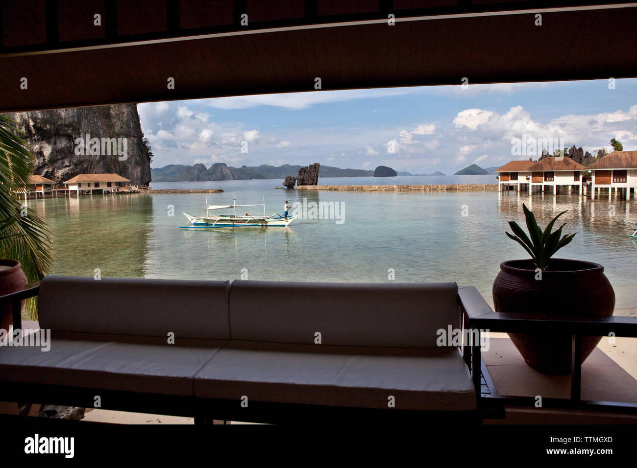 PHILIPPINES, Palawan, El Nido, Lagen Island, cottage room view at Lagen Island Resort, Bacuit Bay in the South China Sea - Stock Image